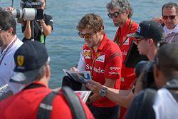 Fernando Alonso, Ferrari firma de autógrafos para los fans