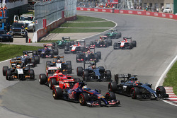 Jean-Eric Vergne, Scuderia Toro Rosso STR9 and Jenson Button, McLaren MP4-29 at the start of the race