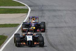 Nico Hulkenberg, Sahara Force India F1 VJM07 y Sebastian Vettel, Red Bull Racing RB10