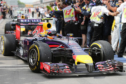 Ganador Daniel Ricciardo, Red Bull Racing RB10 en parc ferme