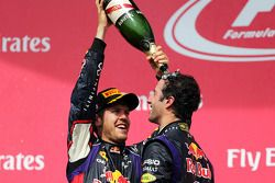 1. Daniel Ricciardo, Red Bull Racing, feiert mit Teamkollege Sebastian Vettel, Red Bull Racing, auf