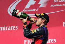 Podio: tercer lugar Sebastian Vettel, Red Bull Racing celebra