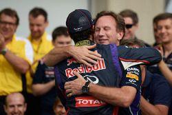 Ganador de la carrera Daniel Ricciardo, Red Bull Racing celebra con Christian Horner, director del e