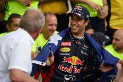 1. Daniel Ricciardo, Red Bull Racing, feiert mit Dr. Helmut Marko, Red Bull, Motorsportberater