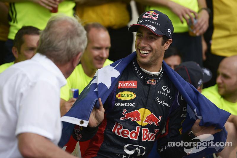 Yarış galibi Daniel Ricciardo, Red Bull Racing kutlama yapıyor ve Dr Helmut Marko, Red Bull Motorspo