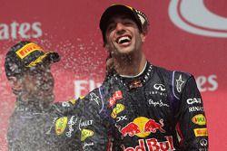Sieger Daniel Ricciardo, Red Bull Racing feiert auf dem Podium mit Teamkollege Sebastian Vettel, Red