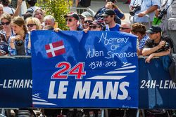 Bannière pour Allan Simonsen pendant la présentation de l'Aston Martin Racing n°95