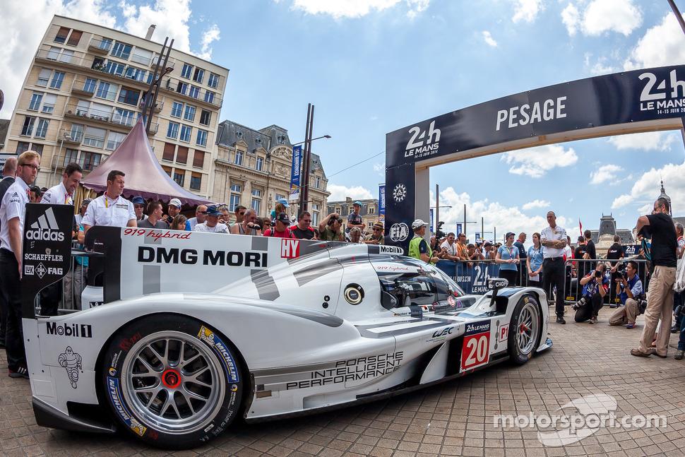 #20 Porsche Team Porsche 919 Hybrid entering scrutineering