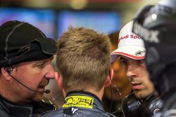 Lucas Di Grassi talking to Brad Kettler following Loic Duval's crash