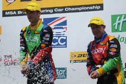 eBay Motors-duo Colin Turkington en Rob Collard spuiten champagne op het podium