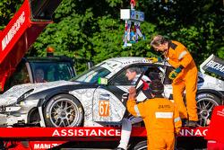 Crash for #67 IMSA Performance Matmut Porsche 911 GT3 RSR (997): Erik Marris out of the car