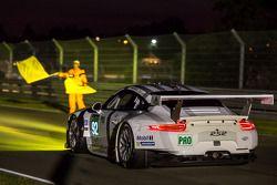 #92 Porsche Team Manthey Porsche 911 RSR (991): Marco Holzer, Frédéric Makowiecki, Richard Lietz évite un crash avec #99 Aston Martin Racing Aston Martin Vantage V8: Alex MacDowall, Darryl O'Young, Fernando Rees