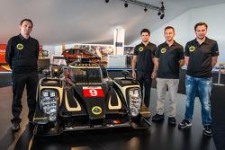 Lotus T129 LMP1 presentatie: Lotus Head of operations Boris Bermes, Pierre Kaffer, Christophe Bouchut en Christijan Albers met de nieuwe Lotus T129 LMP1
