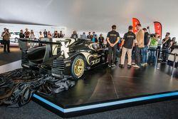路特斯 T129 LMP1展示皮埃尔·卡弗,克里斯托弗·布须和克里斯蒂安·阿尔伯斯,和路特斯T129 LMP1新赛车