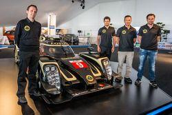 路特斯 T129 LMP1展示:路特斯运营主管鲍里斯·贝尔米斯,皮埃尔·卡弗,克里斯托弗·布须和克里斯蒂安·阿尔伯斯,和路特斯T129 LMP1新赛车
