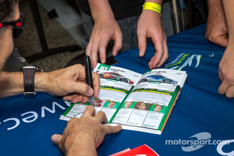 Giancarlo Fisichella firma autografi per i fan