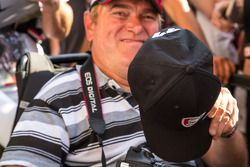 帕特里克·邓普西在帽子上签名,给了一位幸运车迷