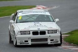 达伦·菲尔丁驾驶斯蒂法诺·摩德纳1993年的座驾宝马318i