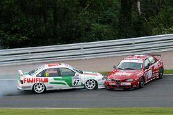 Tony Absolom, Vauxhall Cavalier ve Steven Dymoke Alfa Romeo 156 temas yaşıyor