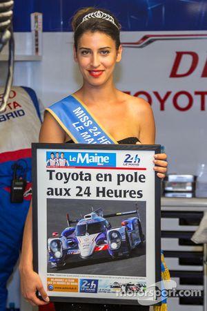 La Señorita Le Mans con la primera plana del periódico.