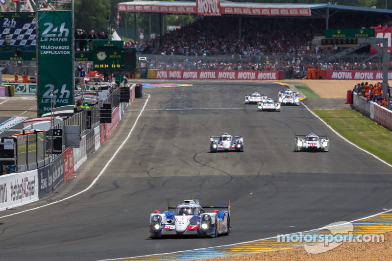 Alla fine del giro 2, LMP1 conduce la #7 Toyota Racing Toyota TS 040 - Hybrid: Alexander Wurz, Stéph