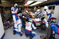 #8 丰田车队 丰田 TS 040 - Hybrid: 安东尼·戴维森, 尼古拉·拉皮埃尔, 塞巴斯蒂安·布耶米 的车组带着严重受损返回