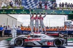 Les vainqueurs Benoit Tréluyer, Andre Lotterer et Marcel Fässler sont heureux