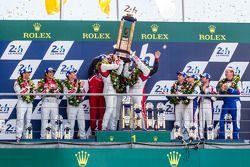 LMP1-H podio: Marcel Fässler, Andre Lotterer, Benoit Tréluyer, Lucas Di Grassi, Marc Gene, Tom Krist