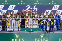 Podio del LMP2: Los ganadores Simon Dolan, Harry Tincknell y Oliver Turvey; en segundo lugar Pierre