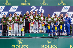 LMP2 podio: vincitori Simon Dolan, Harry Tincknell, Oliver Turvey, secondo posto Pierre Thiriet, Lud