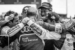 全组比赛获胜者 Benoit Tréluyer, Andre Lotterer,和Marcel Fässler,和沃夫冈·乌尔里希博士和Ralf Jüttner,一起庆祝