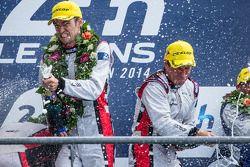 LMP2 podio: vincitori Simon Dolan, Harry Tincknell spray champagne