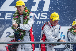 LMP2 podio: vincitori Simon Dolan, Harry Tincknell spray champagne