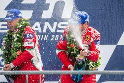 El podio del LMGTE Pro: Los ganadores en su clase, Toni Vilander, y Giancarlo Fisichella rociados en