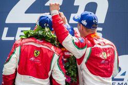LMGTE Pro podium: Selfie pour les vainqueurs Gianmaria Bruni, Toni Vilander, Giancarlo Fisichella