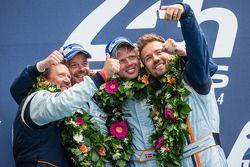 LMGTE Am podium: Selfie pour les vainqueurs Kristian Poulsen, David Heinemeier Hansson, Nicki Thiim