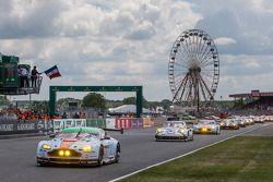 Fernando Alonso donne le départ : #98 Aston Martin Racing Aston Martin Vantage V8: Paul Dalla Lana, Pedro Lamy, Christoffer Nygaard
