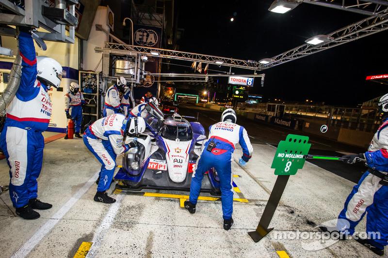 进站:#8 丰田车队,丰田TS 040 - Hybrid: 安东尼·戴维斯, Nicolas Lapierre, 塞巴斯蒂安·布埃米
