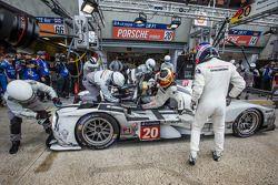 Arrêt au stand - #20 Porsche Team Porsche 919 Hybrid: Timo Bernhard, Mark Webber, Brendon Hartley
