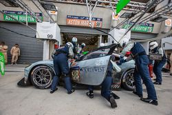Arrêt au stand - #98 Aston Martin Racing Aston Martin Vantage V8: Paul Dalla Lana, Pedro Lamy, Christoffer Nygaard
