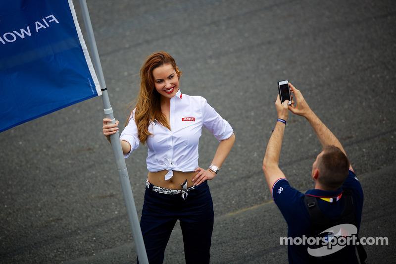 FIA bayrak kızı