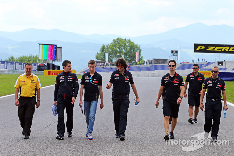 Daniil Kvyat, Scuderia Toro Rosso walks the circuit