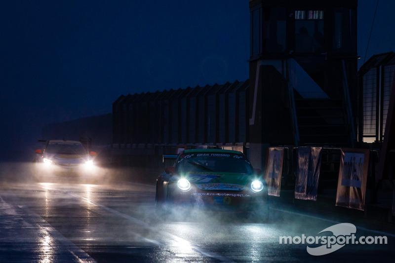#57 保时捷 997 Cup 在雨和雾中