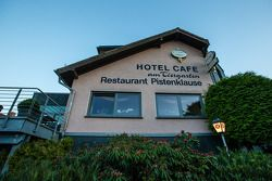 Het legendarische restaurant Pistenklause en hotel am Tiergarten, in Nürburg