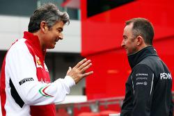 (从左至右): 马可·马蒂亚奇, 法拉利 车队领队 与 帕蒂·洛维, 梅赛德斯 AMG F1车队车队执行董事