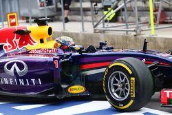 Sebastian Vettel, Red Bull Racing RB10 con pintura de flujo en el sidepod