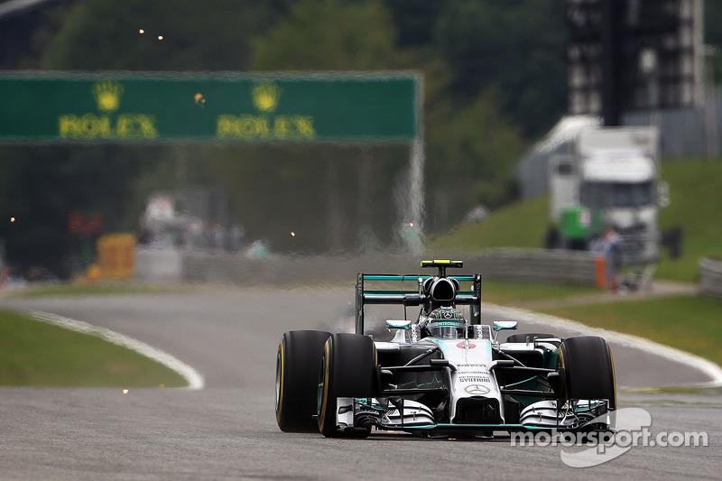 Nico Rosberg, Mercedes AMG F1 W05 titanyum bloklar kıvılcım çıkarıyor