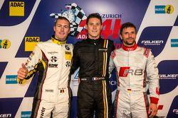 Polewinnaar Kevin Estre met tweede plaats Maxime Martin en derde plaats Christian Mamerow