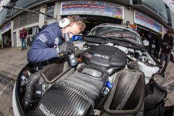 Schubert Motorsport teamlid aan het werk