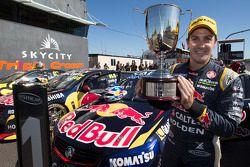Il vincitore della gara Jamie Whincup, pilota del team Red Bull Holden